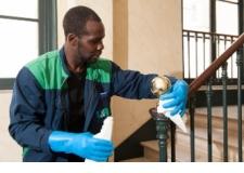 Nettoyage courant des immeubles et gestion des poubelles - <p>UTILE & AGREABLE vous offre une prestation sur-mesure et supervise la réalisation des tâches en lien avec le cahier des charges.</p> <p>Nous nouons un contact personnalisé et régulier avec les conseils syndicaux des immeubles qui nous sont confiés, et avec les gestionnaires des syndics.</p> <p>En entretenant votre patrimoine, nous oeuvrons à améliorer votre cadre de vie.</p>